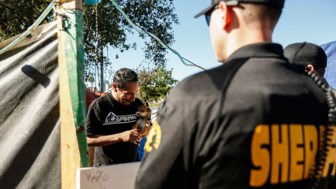 Hundreds Of Homeless Face Eviction Or Arrest As O C Clears Encampment Amid Shelter Bed Shortage Homeless Face Orange County