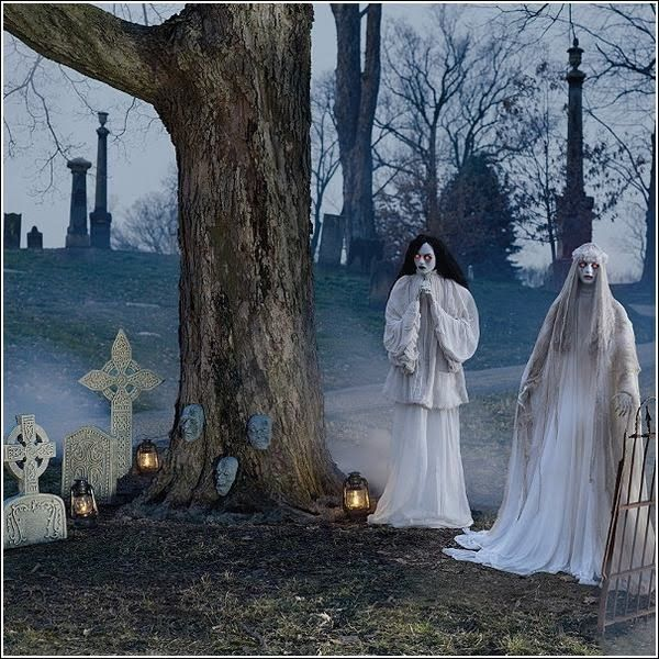 Halloween decoration ideas props ghosts graveyard Halloween - haunted forest ideas for halloween