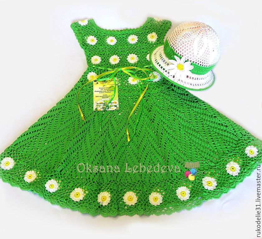 Платье вязаное для девочки с ромашками