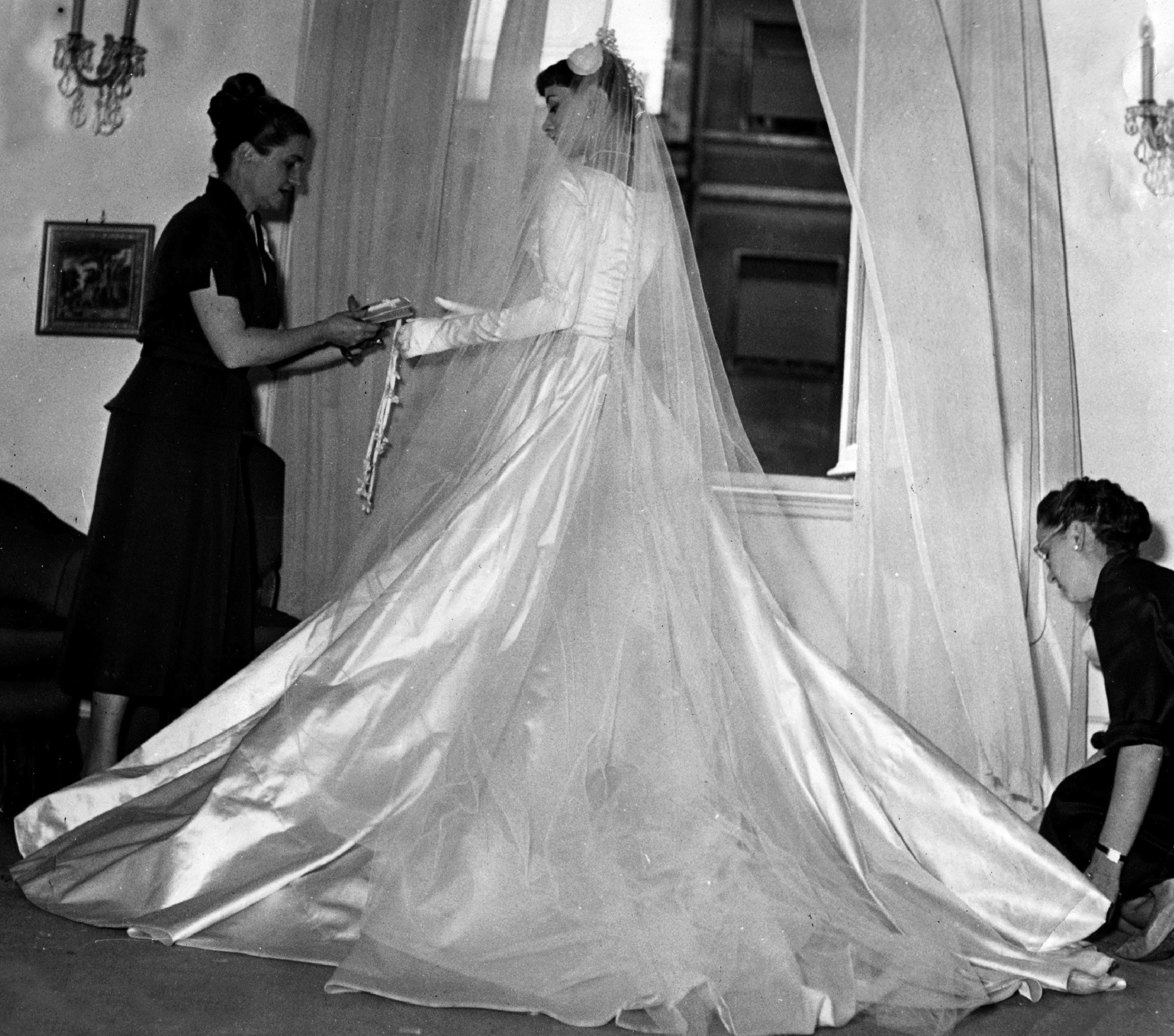 Audrey Wears The Wedding Dress Created For Her By The Fontana Sisters For Her Marriage To Sir Jame Audrey Hepburn Wedding Audrey Hepburn Famous Wedding Dresses