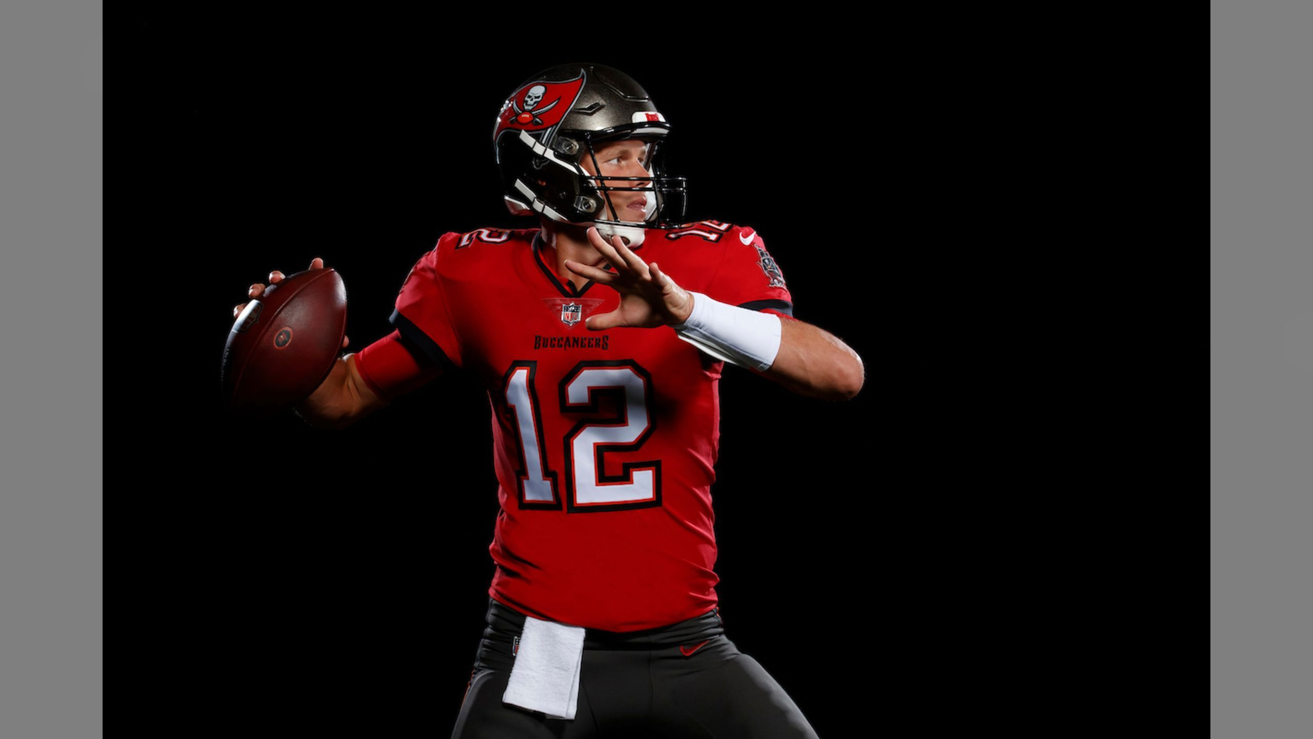 Photos First Look At Tom Brady In A Bucs Uniform In 2020 Tom Brady Tom Brady News Uniform