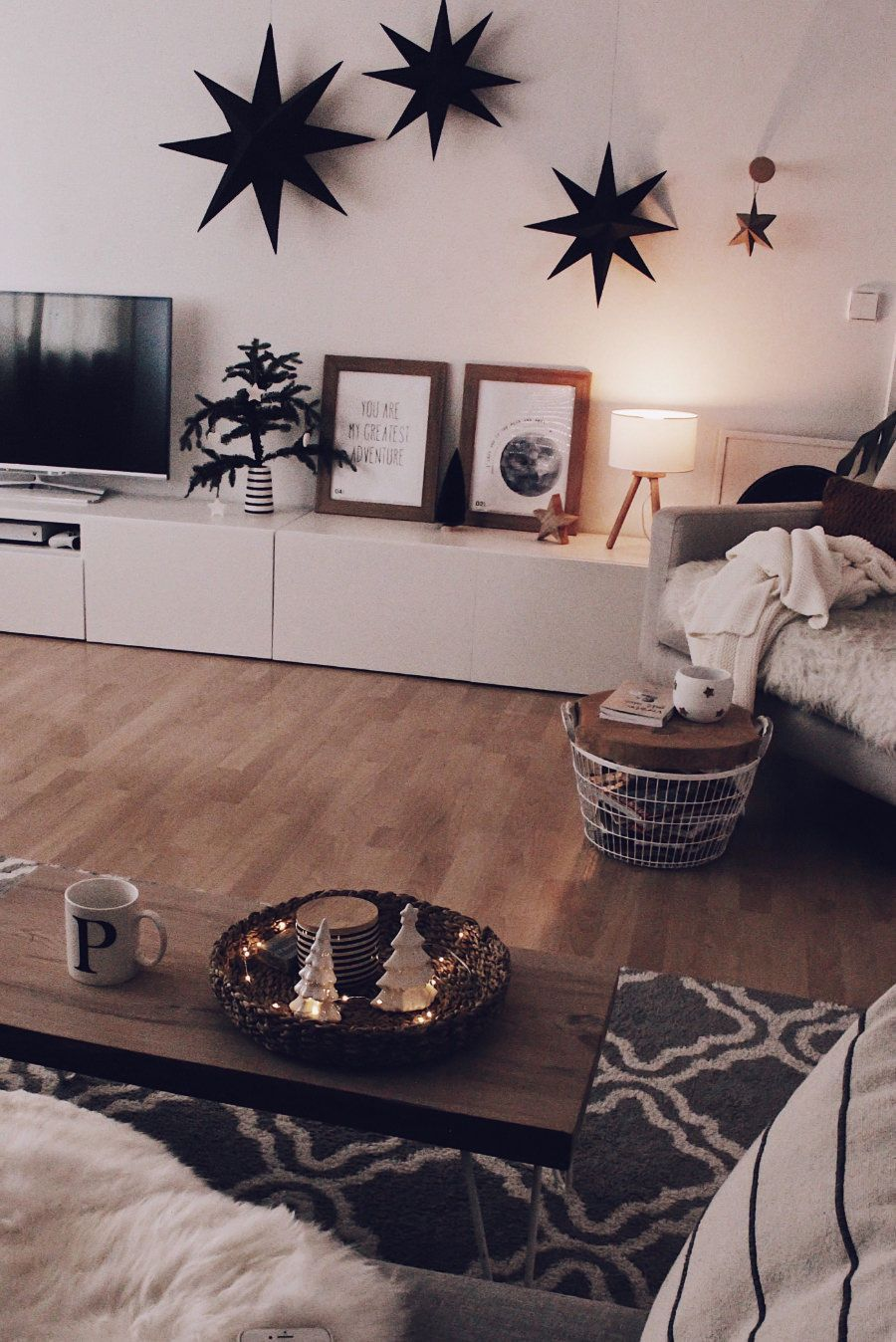 Die Smarte Beleuchtung Mit Philips Hue White And Color Ambiance Ambiance Beleuchtung Col In 2020 Hue Philips Living Room Lighting Apartment Lighting