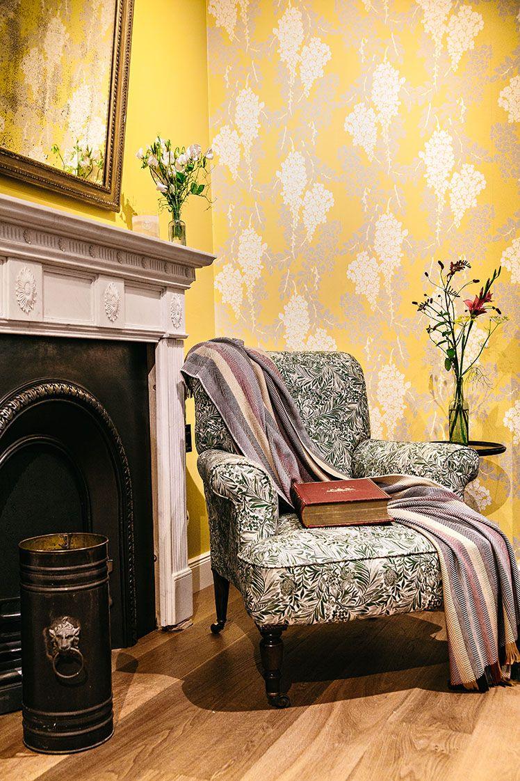 Armchair#1.0  Mantel#3.0  Antiker Sessel - restauriert und mit neuen Stoffen versehen.   Nebenstehend eine britische Kaminumfassung aus Marmor mit originalem Kamineinsatz - als Dekoelement oder für gemütliche Herbstabende am Kamin.