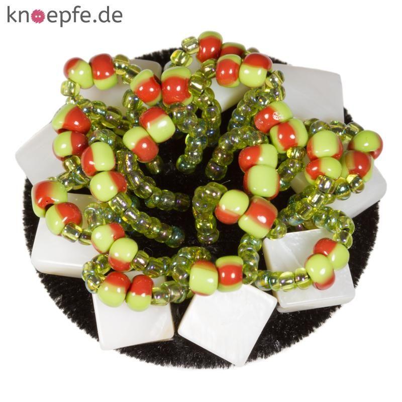 Schmuckknopf bezogen mit Samtstoff geschmückt mit Perlen und Perlmuttstückchen