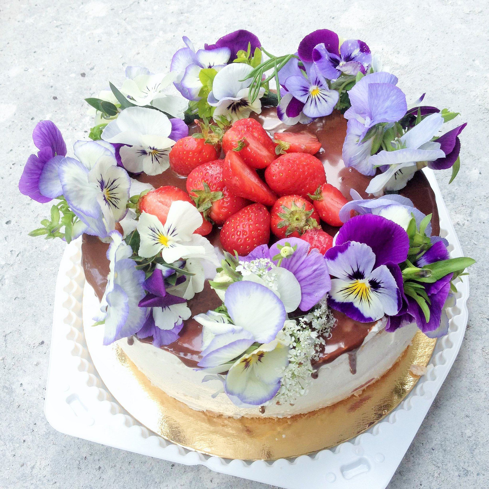 HOW TO DECORATE YOUR CAKE WITH LIVING FLOWERS 5 VALUED TIPS FOR DILETTANTE https://www.facebook.com/flowersella.shop/