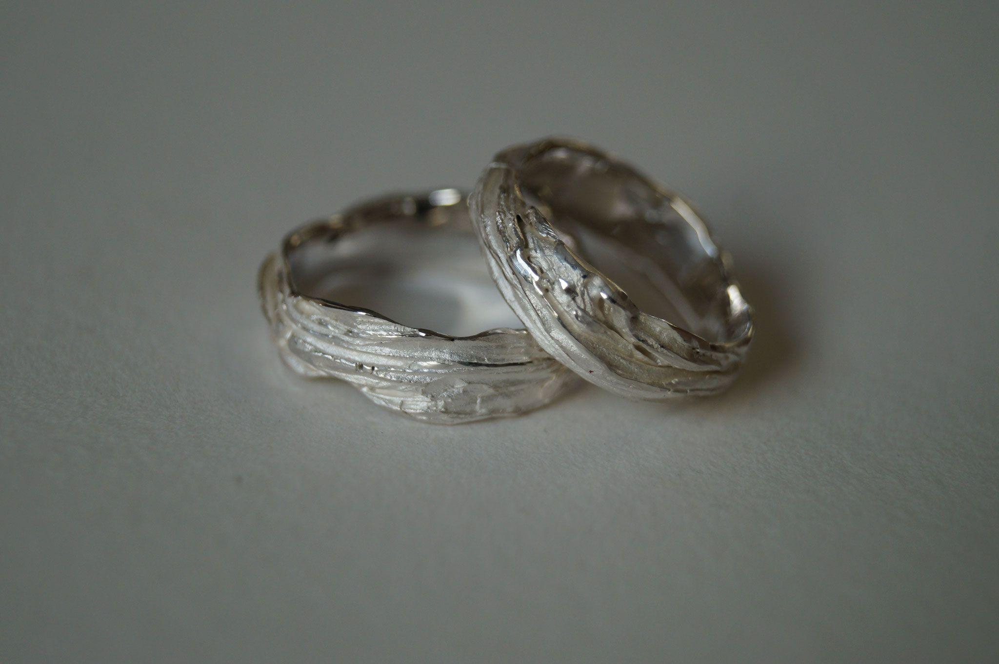 Ringe mit Karakter Trauringe mit Holzstruktur für