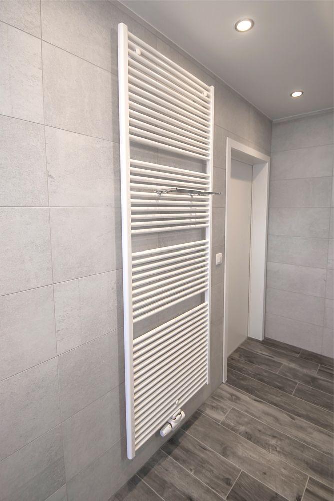 Een mooie landelijke badkamer met inloopdouche. Let vooral op de ...