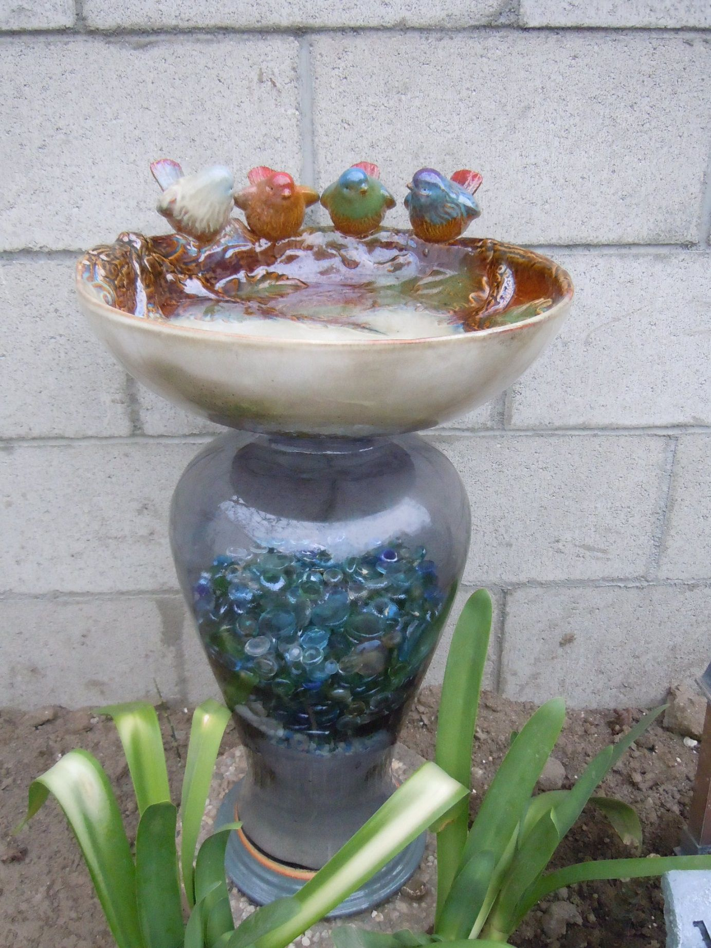 I got the vase from my mother in love, I filled with some sand and glass stones and use it as a base for mi new bird bath.