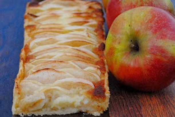 Apfel-Marzipan-Kuchen mit Sauerrahm-Schmand-Sauce