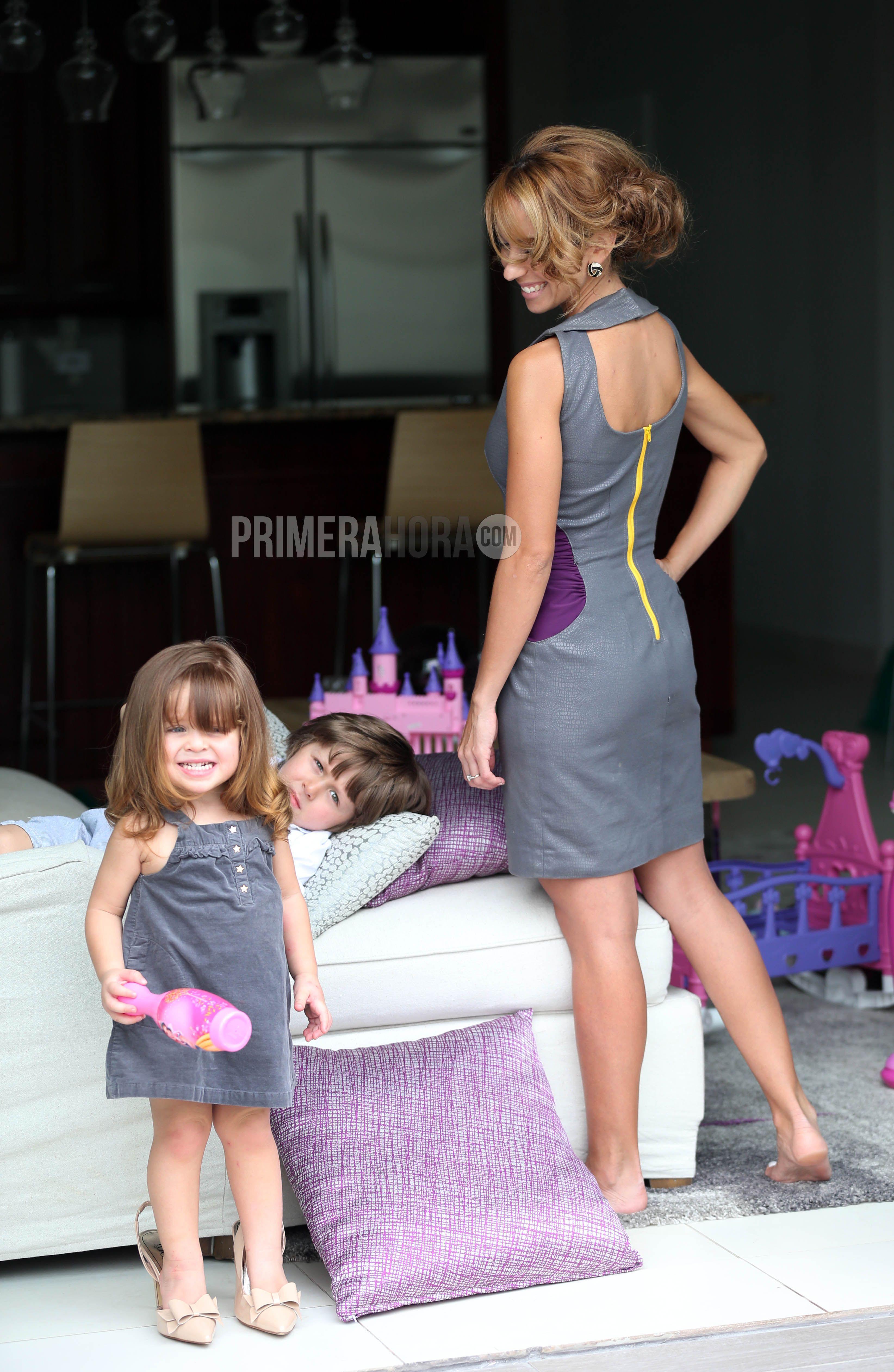 Vestido gris con detalles contrastantes, $90, de Normariliz Soto; pantallas, $14, de Arden B; y tacones  nude (modelados por Miranda), $79.99, de Galería.(Foto: GFR Media / Mariel Mejía)