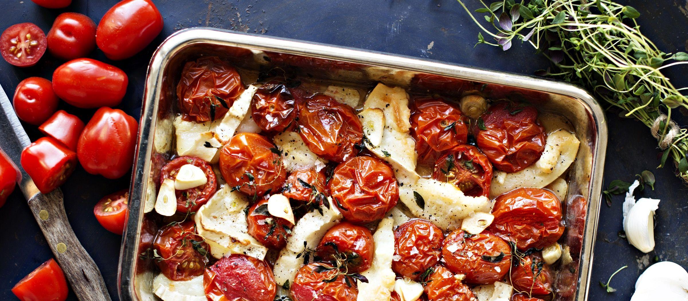 Lämmin tomaattisalaatti valmistuu helposti kypsennystä kestävistä Dunne-erikoistomaateista ja vuohenjuustosta ja mausteista uunivuoassa. N. 3,15€/annos*.