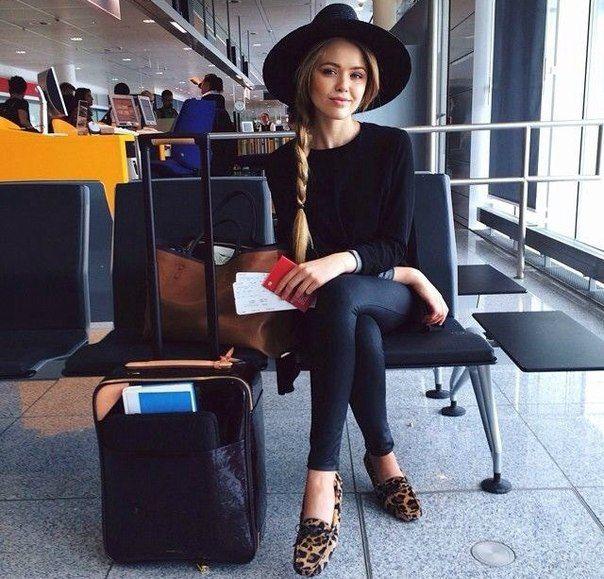 Kristina Bazan: hat, skinny jeans, sweater look