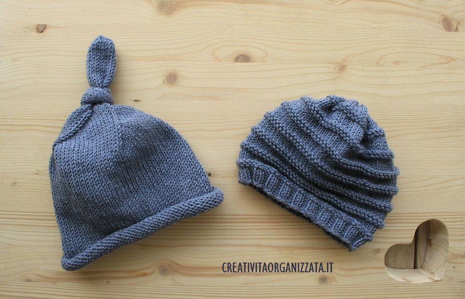 Spiegazioni in italiano per fare cappellini in lana per bambin con gioco di  ferri. Un cappellino con nodo e uno a coste orizzontali a96df4841660