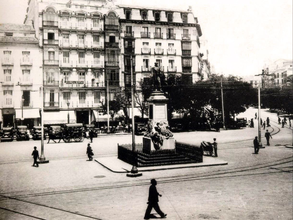 Glorieta de Bilbao (1932), en el centro la estatua (inaugurada en 1902) de Juan Bravo Murillo - Ministro de Gracia y de Justicia, Ministro de Hacienda, Presidente del Consejo de Ministros. Comenzó el Canal de Isabel II (1851), introdujo el sistema métrico decimal (1848), la firma del Concordato con la Santa Sede (1851), y la promulgación de la Ley de Puertos Francos de Canarias (1852) -. Con la restauración de la Glorieta (1961) la estatua se trasladó a la calle de Cea Bermúdez esquina con…