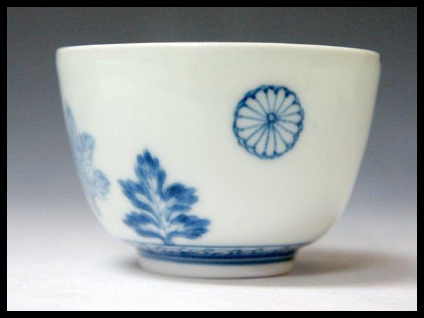 江戸時代古伊万里 染付 十六紋菊 猪口 献上手 Japan / Japanese Antiques : More At FOSTERGINGER @ Pinterest ⚫️