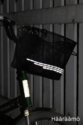 Huomioliivistä leikattua heijastinnauhaa pyöränkoriin http://www.haaraamo.fi