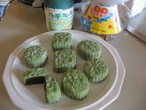 Snow skin moon cake fried glutinous rice flour recipe 2 sweet the main ingredient to make the ping pei cold skin is the koh fun which is fried glutinous rice flour ccuart Images