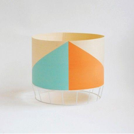 La lampe Dowood de Colonel est un luminaire brut et sophistiqué. Son abat-jour en plaquage de bois est peint avec des formes colorées géométriques. Décoration et mobilier design à Paris
