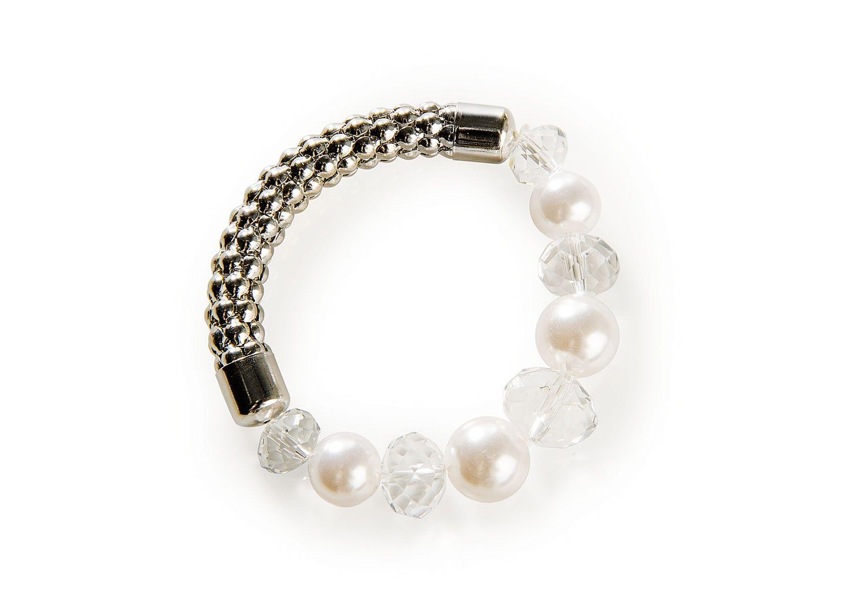 Rannekoru valkoisilla helmillä, kirkkailla kivillä sekä hopealla metalliosalla.