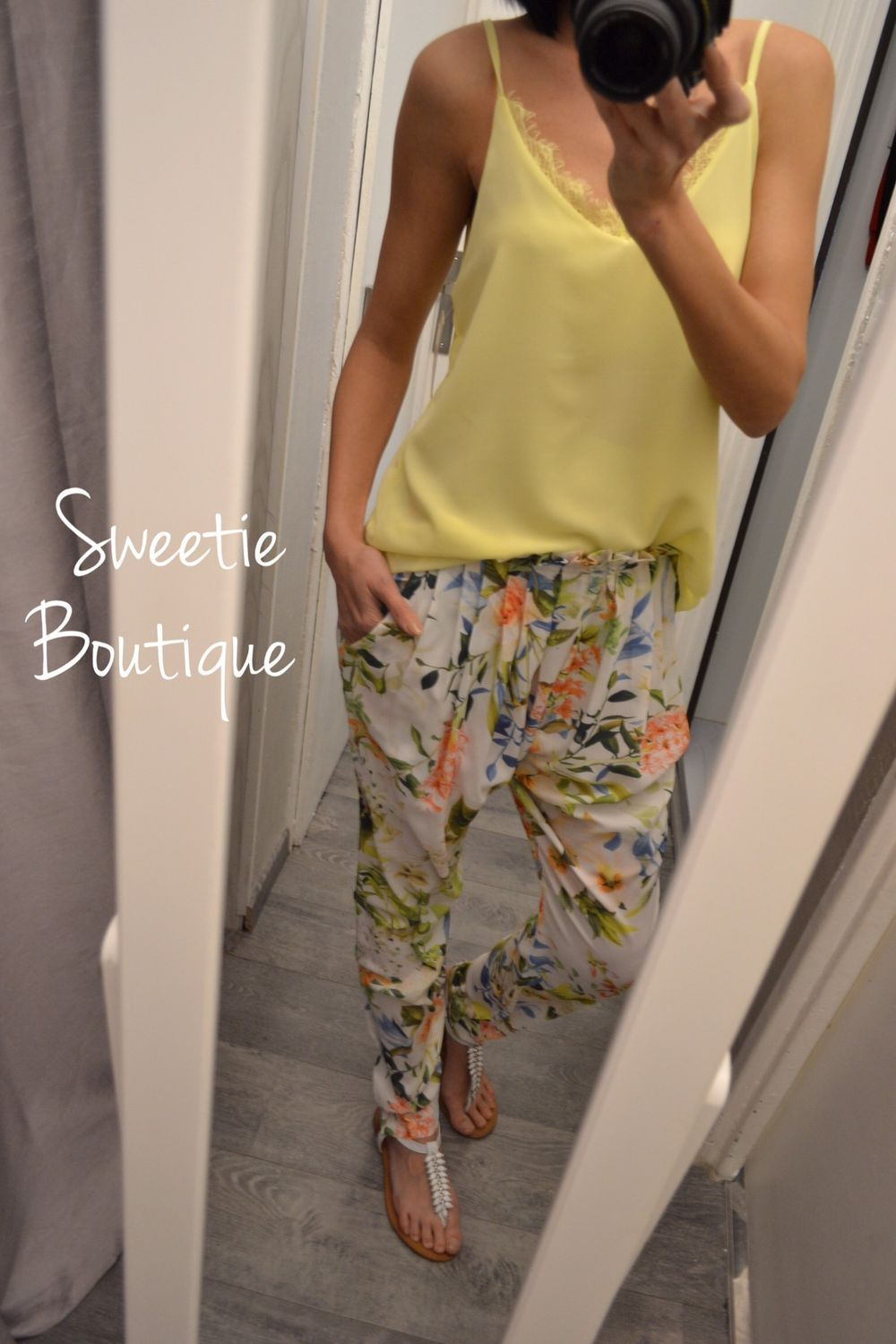 70f319f29a0 Pantalon fluide fleuri via Sweetie Boutique. Click on the image to see more!