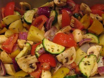 Das perfekte Buntes Backofengemüse-Rezept mit Bild und einfacher Schritt-für-Schritt-Anleitung: Kartoffeln und Zwiebeln schälen und in Spalten schneiden…