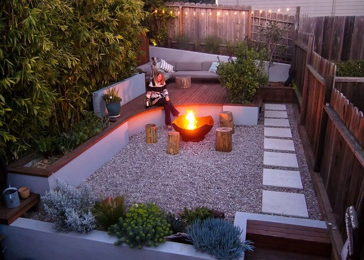 Ein kleiner Garten mit Feuerstelle und mehreren Ebenen - moderne garten mit bambus