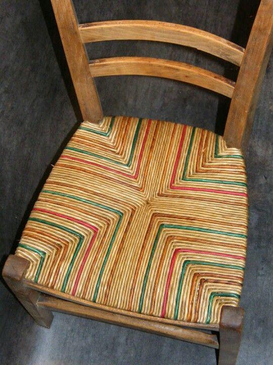 Effet de couleur sur chaise campagnarde paillée