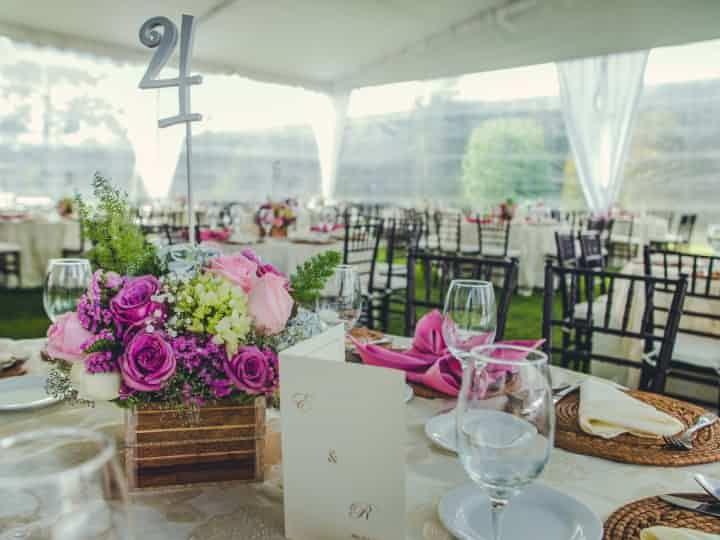 Inspírate con este artículo y elige las mesas que se adecúen a tu estilo, decoración, colores y lugar en el que se llevará a cabo uno de los mejores días de tu vida.