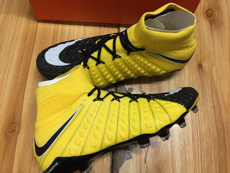 new concept ba7e8 89f48 La jaune noir Hypervenom III est également la première chaussure Nike  Football à bénéficier de la