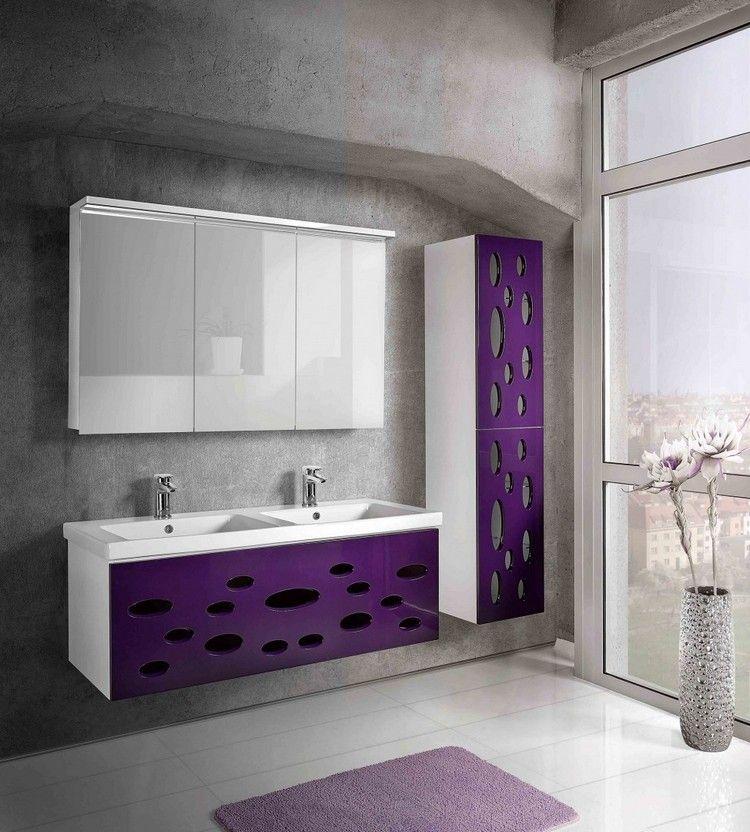 Meuble Salle De Bain Moderne En Violet Laque Parement Mural En Beton Et Tapis De Bain Assorti Meuble Salle De Bain Salle De Bains Moderne Salle De Bain