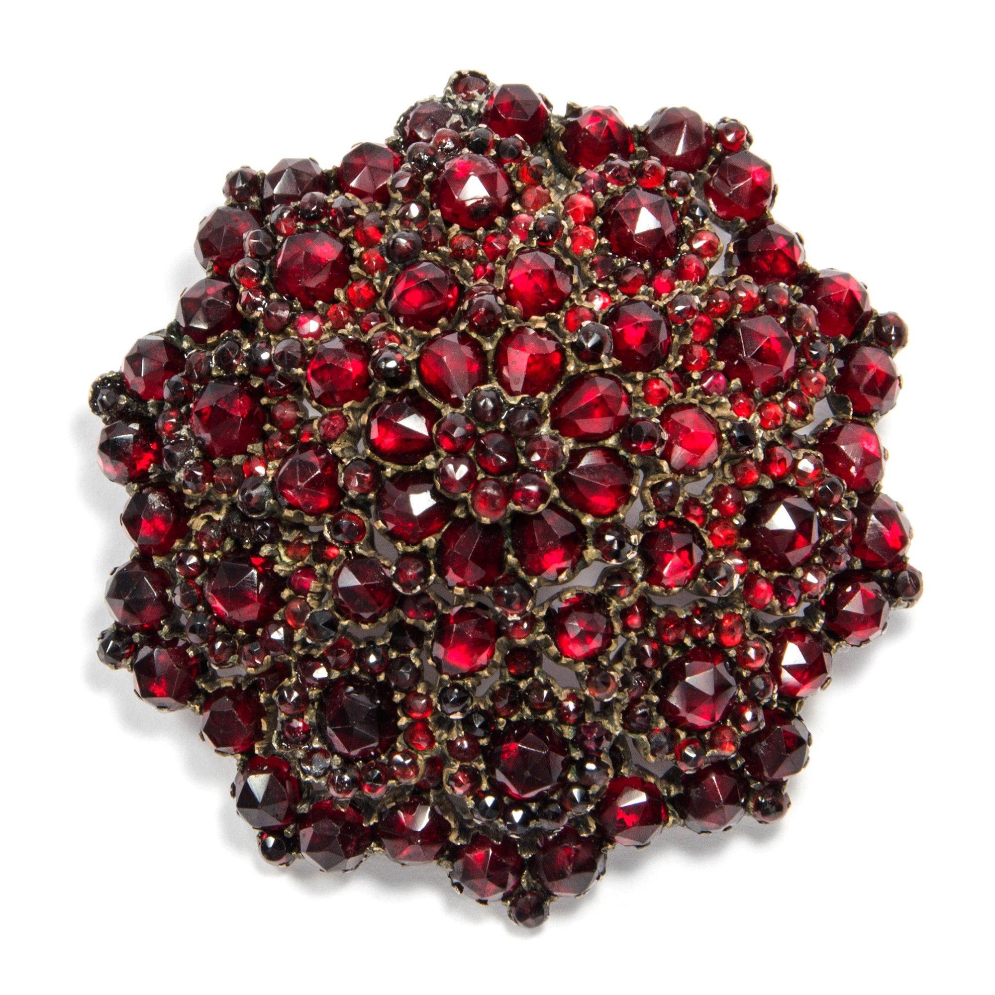 Eine Blüte in tiefem Rot - Eindrucksvolle Granat Brosche des späten Biedermeier, um 1860 von Hofer Antikschmuck aus Berlin // #hoferantikschmuck #antik #schmuck #antique #jewellery #jewelry