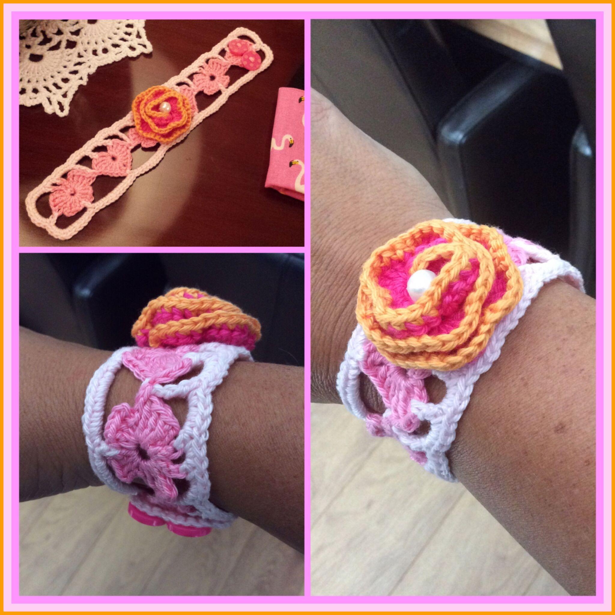 armbandje met hartjes en vlinders afgemaakt met een roze