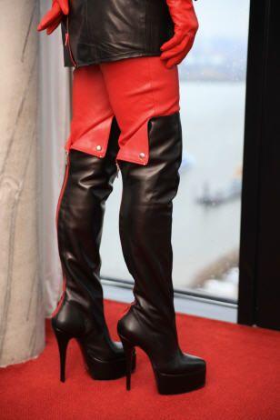 Overknee Lederstiefel schwarz-rot mit Plateau - MICELI - Made in Italy, langer Reißverschluss hinten, Absatzhöhe: 15 cm, Plateau: 5 cm.