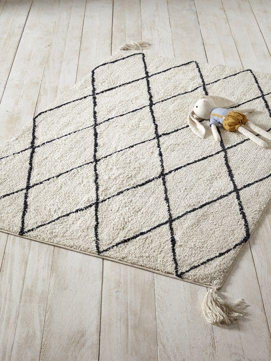 teppich im ethno stil mit pompons