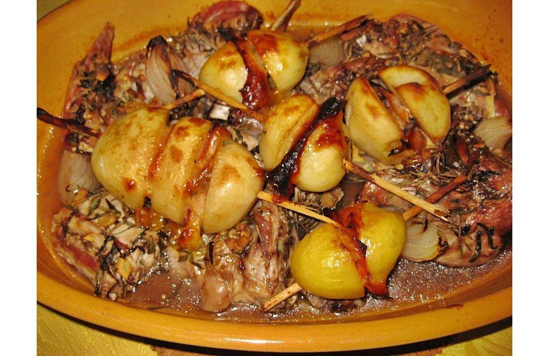 COELHO COM BATATAS RECHEADAS NO FORNO - http://www.receitasparatodososgostos.net/2016/09/11/coelho-com-batatas-recheadas-no-forno/