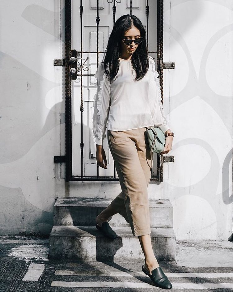 Walk around town by @annmarieyang from #Singapore! More details: http://ift.tt/1Lr7IfU #streetstyle #whiteblouse #whiteshirt #ruffles #flare #wideleg #pants #basics #casual #lookbook #ootd #stylecommunity