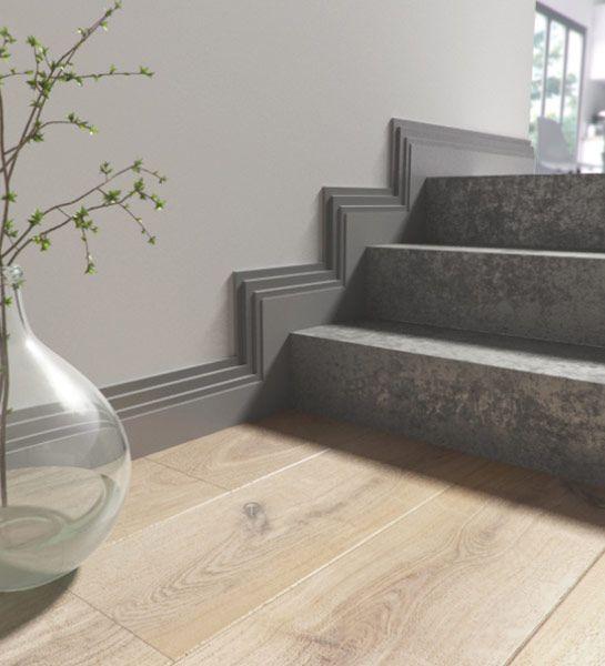 Habiller un escalier La pose de moulures au dessus des plinthes de l - entree de maison avec escalier