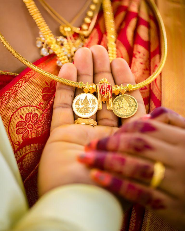 59 Likes 2 Comments Boss Studio Bossstudio On Instagram Thaali Is A Revered Symbol Of Hindu Marriage Jey Fotografi Pengantin Pose Perkawinan Hindu - Perkawinan Hindu, Apa Kewajiban Suami Istri Dalam Perkawinan Hindu Tribun Bali