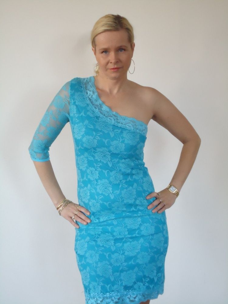 Cookie Culture jurk, oneshoulder met turquoise kant.   FASHION OBSESSION