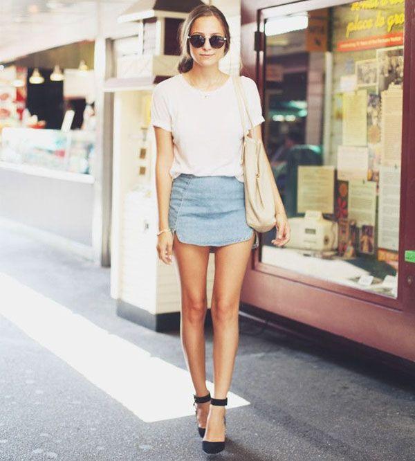 Street style minissaia jeans com t-shirt branca.