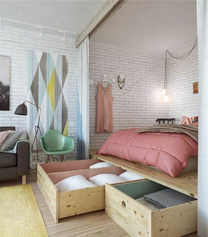 Wunderbar 10 Qm Zimmer Einrichten Doppelbett Bettkasten Steinwand Laminat  Gelber Teppich Wanddeko Stehlampe