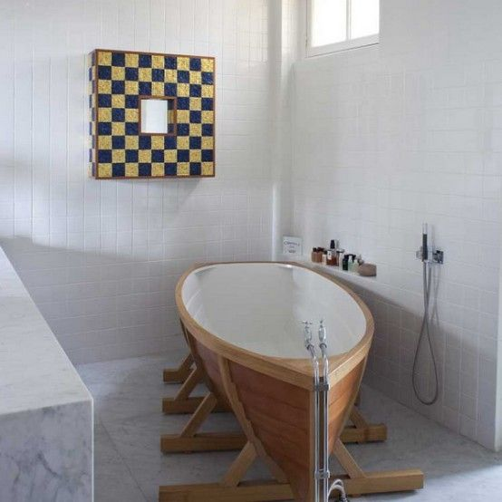 Attirant A Boat Bathtub! Weird And Perfect For The Cottage!
