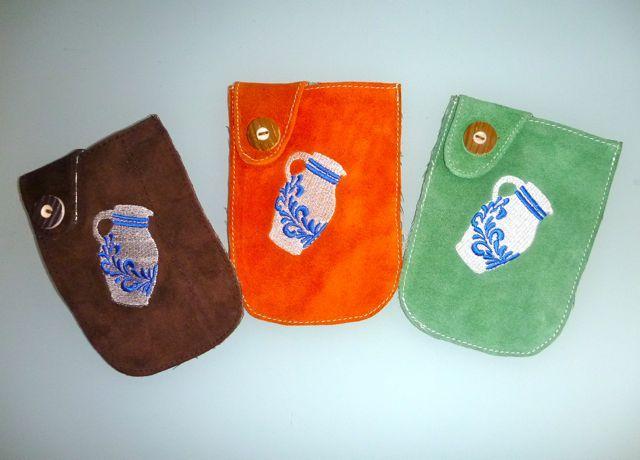 Handy Cover - Handy Taschen für iPhone, Samsung, Android und weitere Smart Phone - Universal Tasche für Handy und Smart Phone aus Leder mit Bembelstick. In verschiedenen Farben erhältlich direkt bei Bembeltown Design and more - www.Bembeltown.de | #Bembel #Frankfurt #Bembeltown #SmartPhone #iPhone