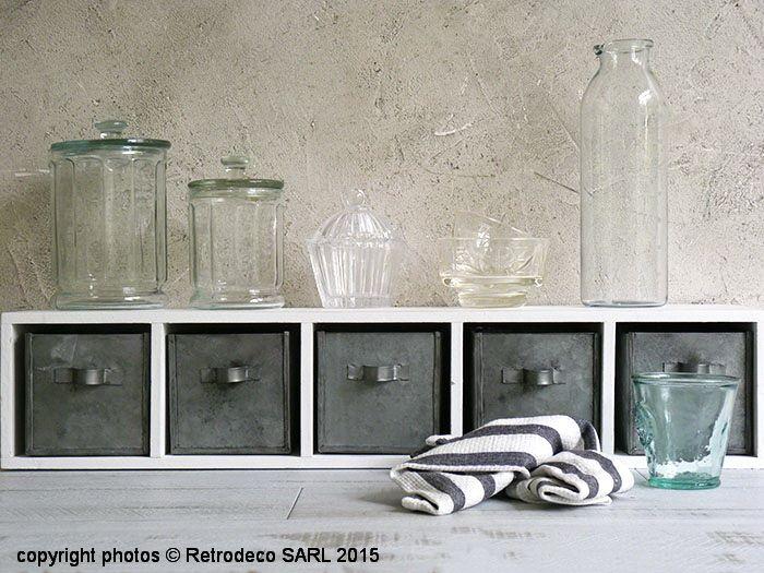cette petite tag re longue en bois patin blanc avec ses. Black Bedroom Furniture Sets. Home Design Ideas