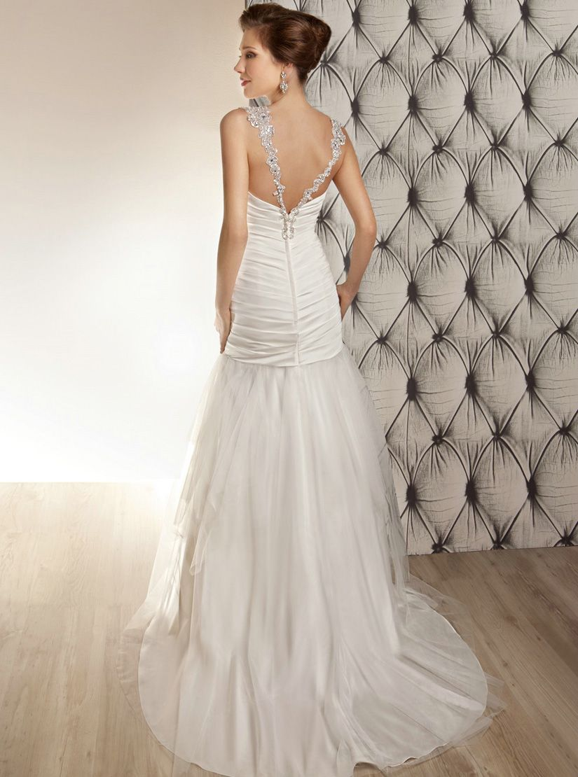 I am totally in love with the back of this! OreaSposa Collection Official Web Site - 2014 Collection - Style L676