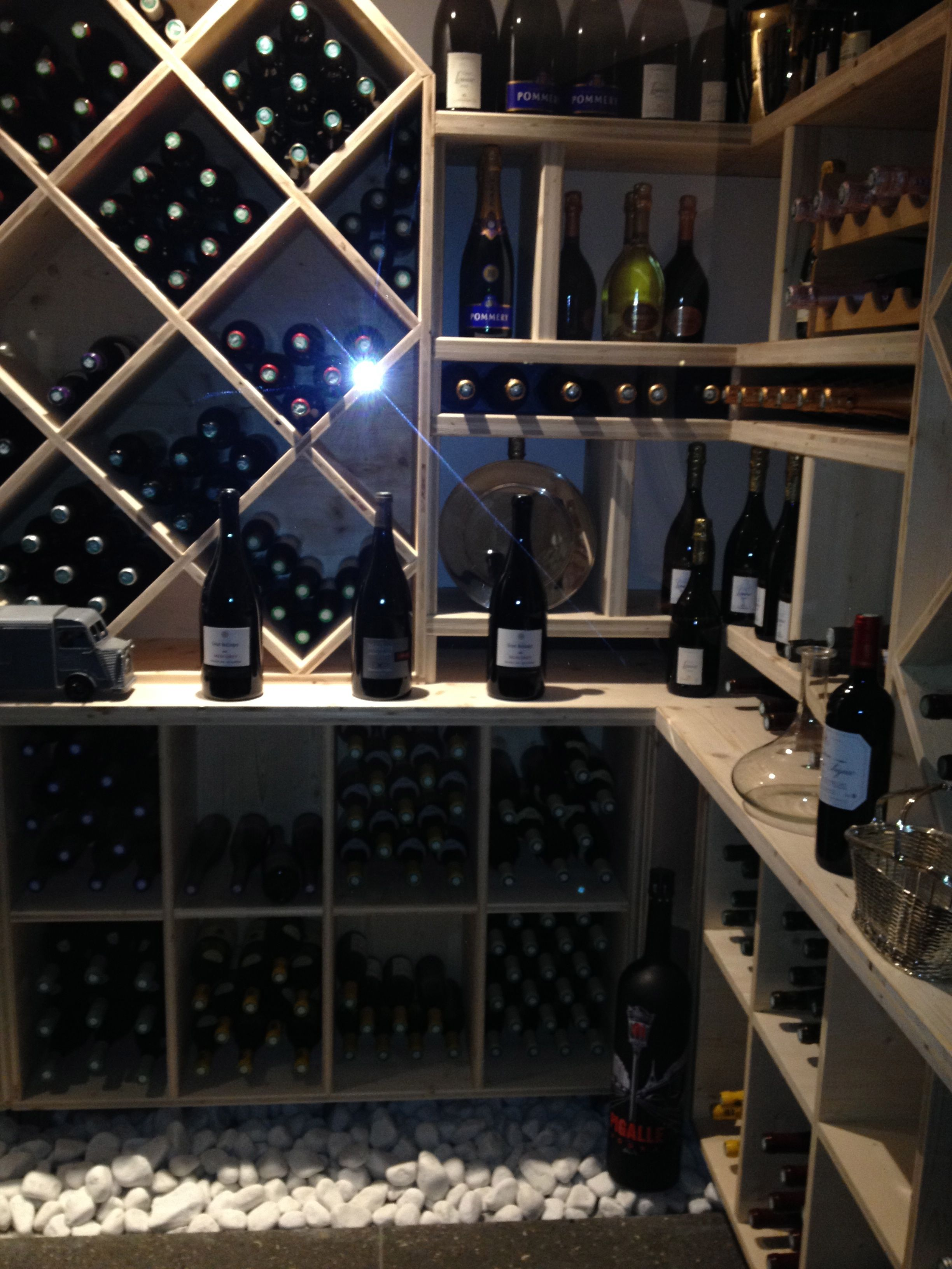 jolie cave vin cave vin cave vin cave a vin design et tag res bouteilles de vin. Black Bedroom Furniture Sets. Home Design Ideas