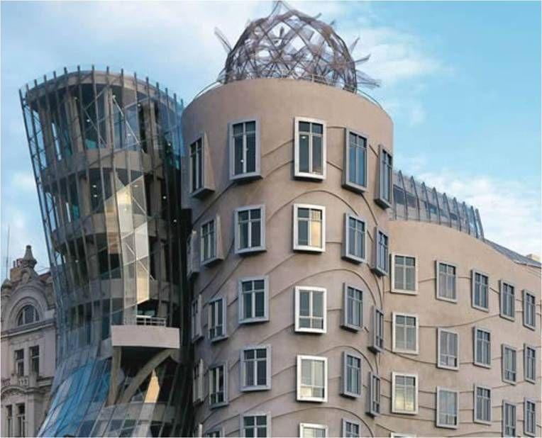 """Building Nationale Nederlanden in Prag, Tschechien - Aufgrund seiner Architektur trägt das Gebäude den Namen """"Tanzendes Haus"""". Zudem erinnert es an eine Tänzerin im gläsernen Faltenkleid, die sich grazil an den Herrn mit Hut schmiegt. Das 6 Tonnen schwere #Zinkdach wurde im #Doppelstehfalzsystem verlegt. (Bildquelle: #Rheinzink)"""