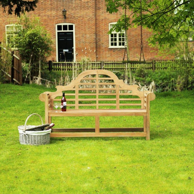 Que agradable poder disfrutar de tu jardín en un banco como este ...