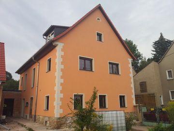Hausfassade Auspeppeen Mit Starken Farben Und Mustern Gestaltung Durch Die  Maler Und Bodentechnik Weber