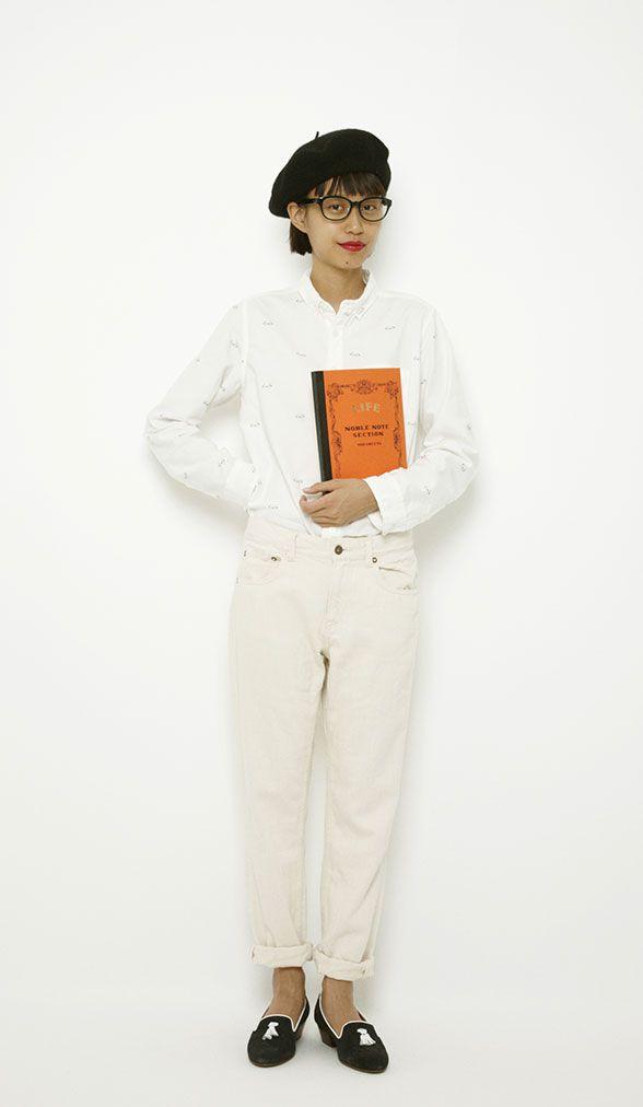 白コーデにはリップの色をアクセントに。メガネシャツとメガネを合わせた遊び心のあるスタイルにしました!
